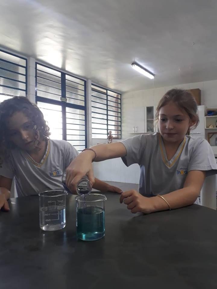 Água que muda de cor? Como? Investigações das crianças do integral!